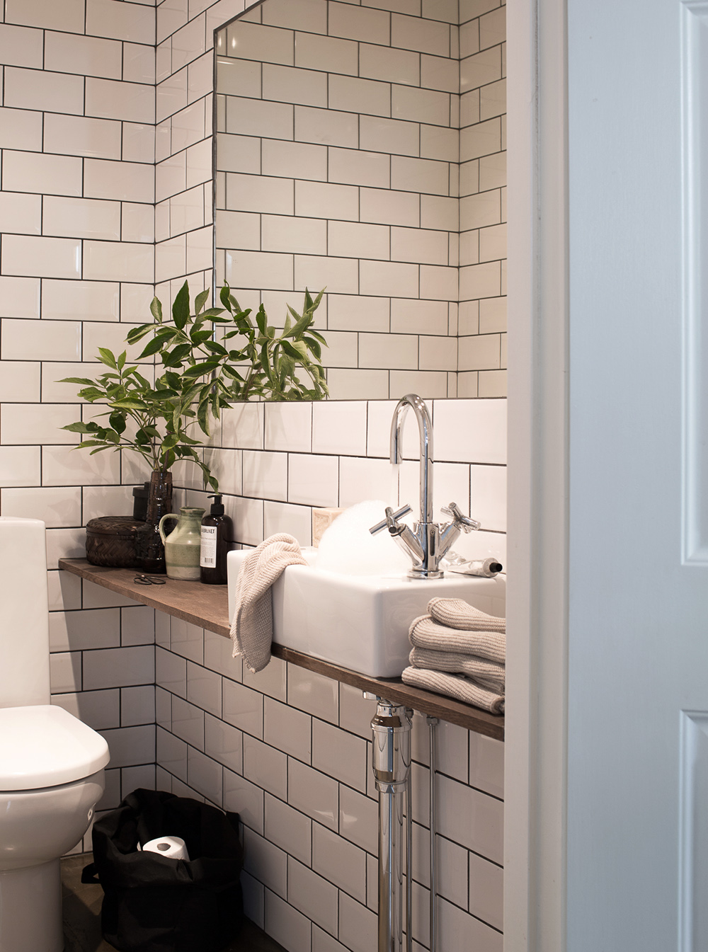 G sttoaletten fick mer avst llningsyta daniella witte for Bathroom ideas long narrow space